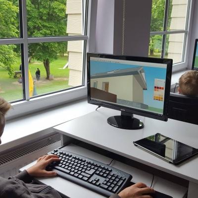 IT dirbtuvių vasaros stovykla Kurtuvėnuose: gandrų, liepų ir technologijų apsuptyje